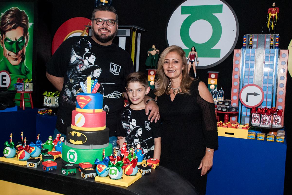 fotos na mesa decorada no Buffet Fábrica da Alegria, Osasco, São Paulo, aniversário de Matheus 9 anos tema da festa Super Heróis