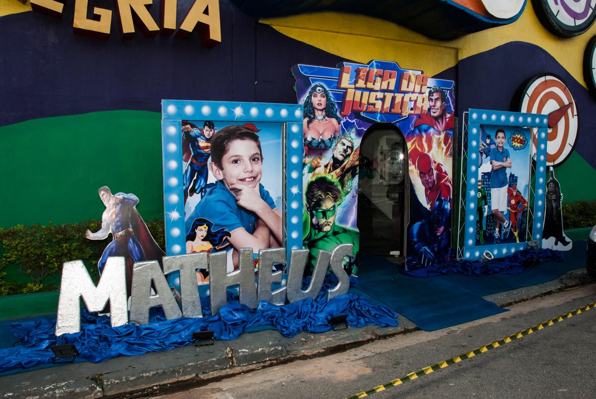 fotografia da família na frente do Buffet Fábrica da Alegria, Osasco, São Paulo, aniversário de Matheus 9 anos tema da festa Super Heróis
