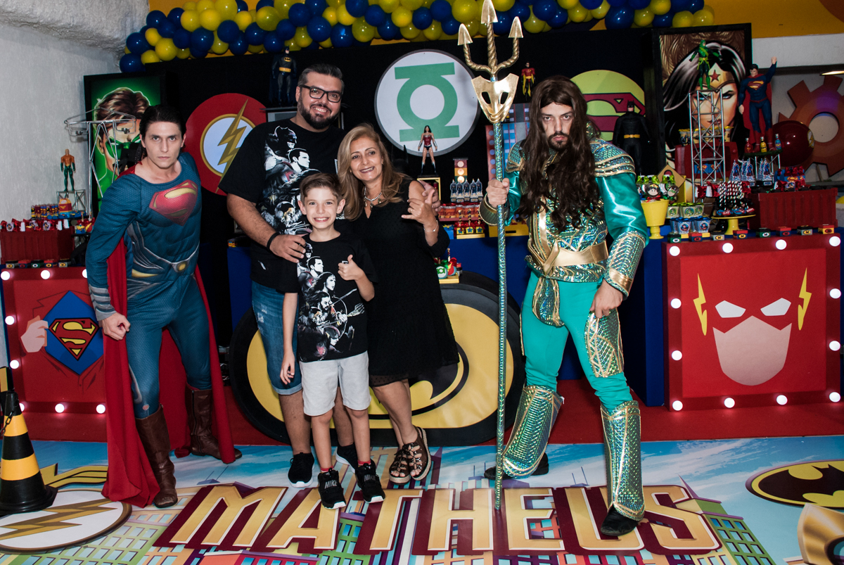 todos se divertem com os super heróis no Buffet Fábrica da Alegria, Osasco, São Paulo, aniversário de Matheus 9 anos tema da festa Super Heróis