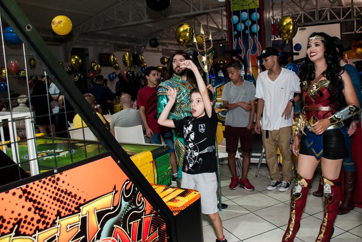 O aniversariante se diverte no jogo de basquete no Buffet Fábrica da Alegria, Osasco, São Paulo, aniversário de Matheus 9 anos tema da festa Super Heróis