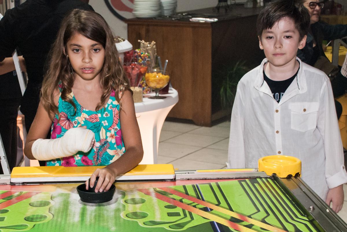 O adversário faz gol no jogo de futebol de mesa no Buffet Fábrica da Alegria, Osasco, São Paulo, aniversário de Matheus 9 anos tema da festa Super Heróis