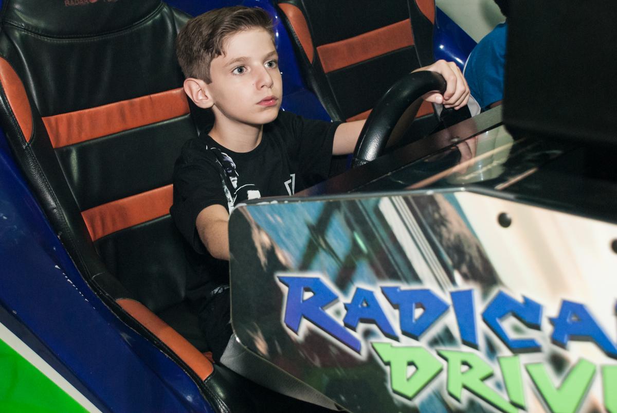 diversão no simulador de corrida no Buffet Fábrica da Alegria, Osasco, São Paulo, aniversário de Matheus 9 anos tema da festa Super Heróis