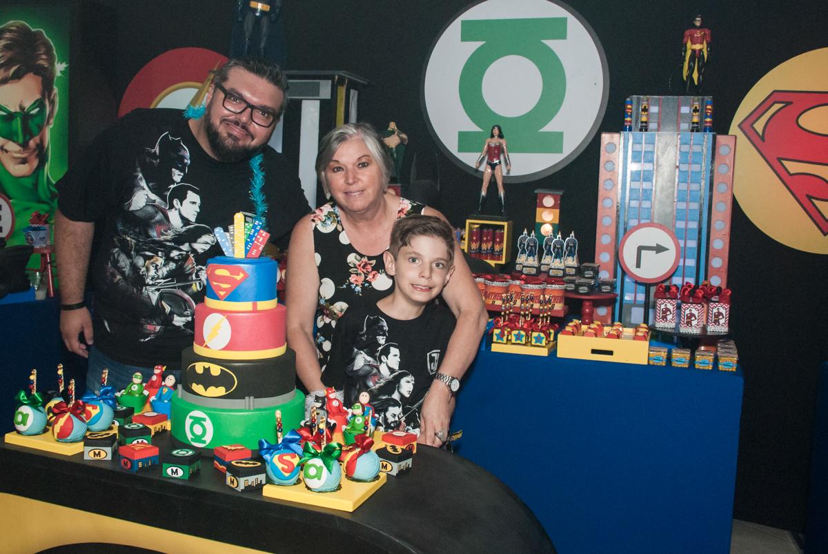 foto com a vovó no Buffet Fábrica da Alegria, Osasco, São Paulo, aniversário de Matheus 9 anos tema da festa Super Heróis