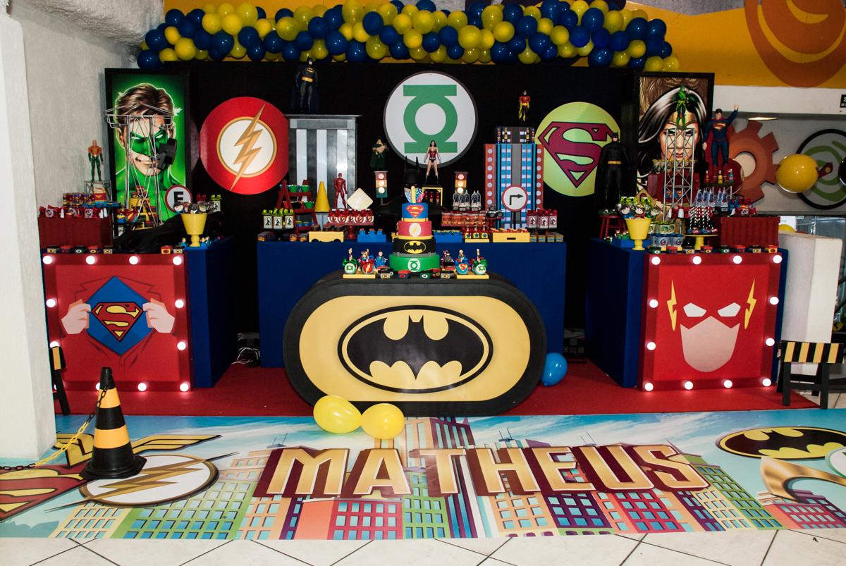 mesa temática no Buffet Fábrica da Alegria, Osasco, São Paulo, aniversário de Matheus 9 anos tema da festa Super Heróis