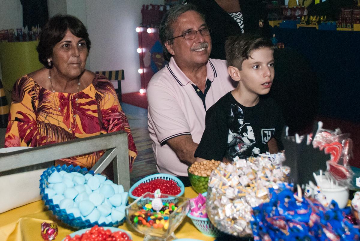 todos atentos ao show no Buffet Fábrica da Alegria, Osasco, São Paulo, aniversário de Matheus 9 anos tema da festa Super Heróis