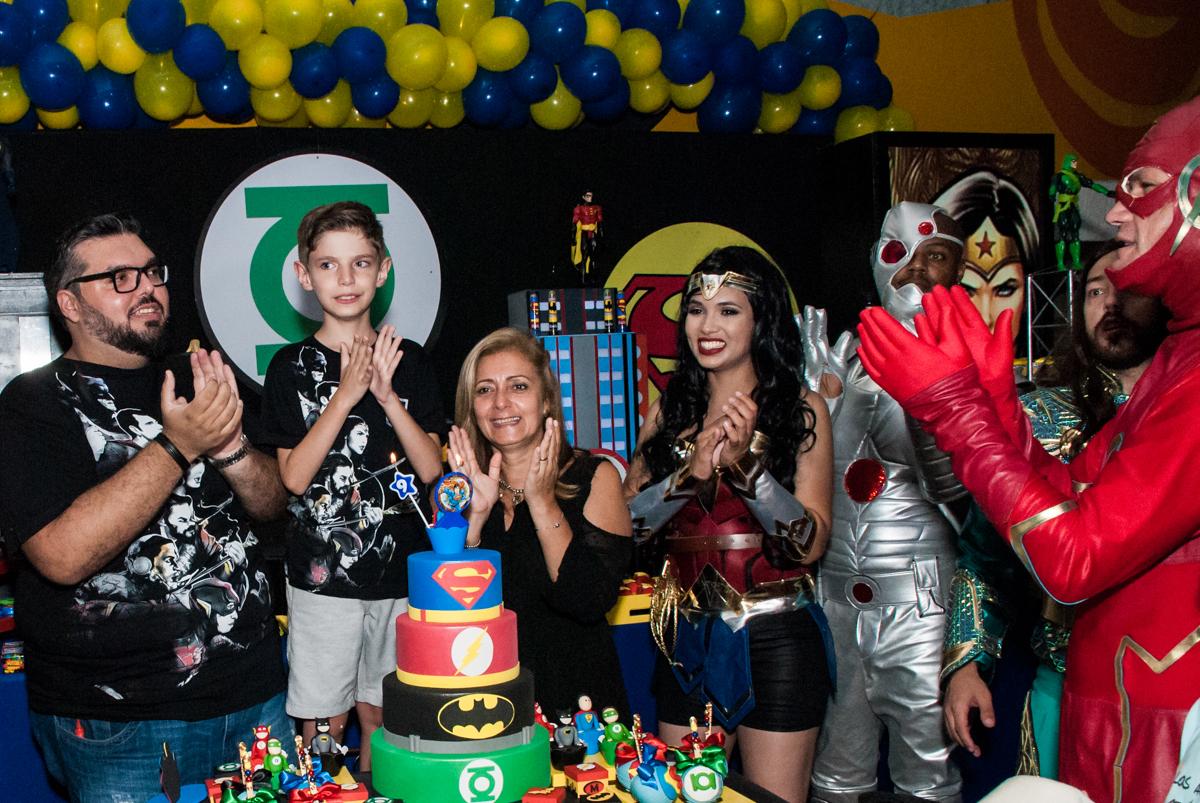 hora do parabéns no Buffet Fábrica da Alegria, Osasco, São Paulo, aniversário de Matheus 9 anos tema da festa Super Heróis