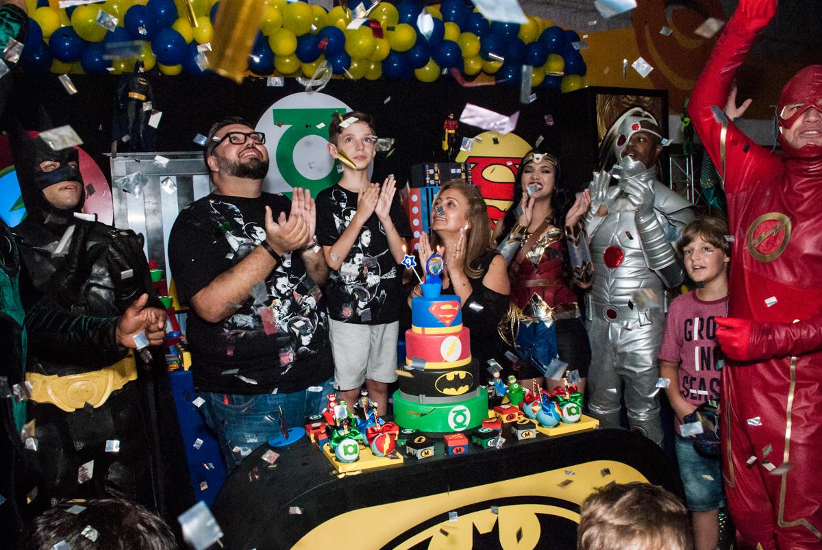 parabéns animado no Buffet Fábrica da Alegria, Osasco, São Paulo, aniversário de Matheus 9 anos tema da festa Super Heróis