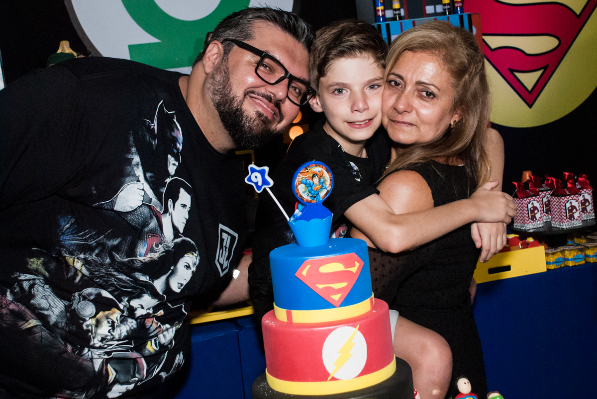 família feliz no Buffet Fábrica da Alegria, Osasco, São Paulo, aniversário de Matheus 9 anos tema da festa Super Heróis