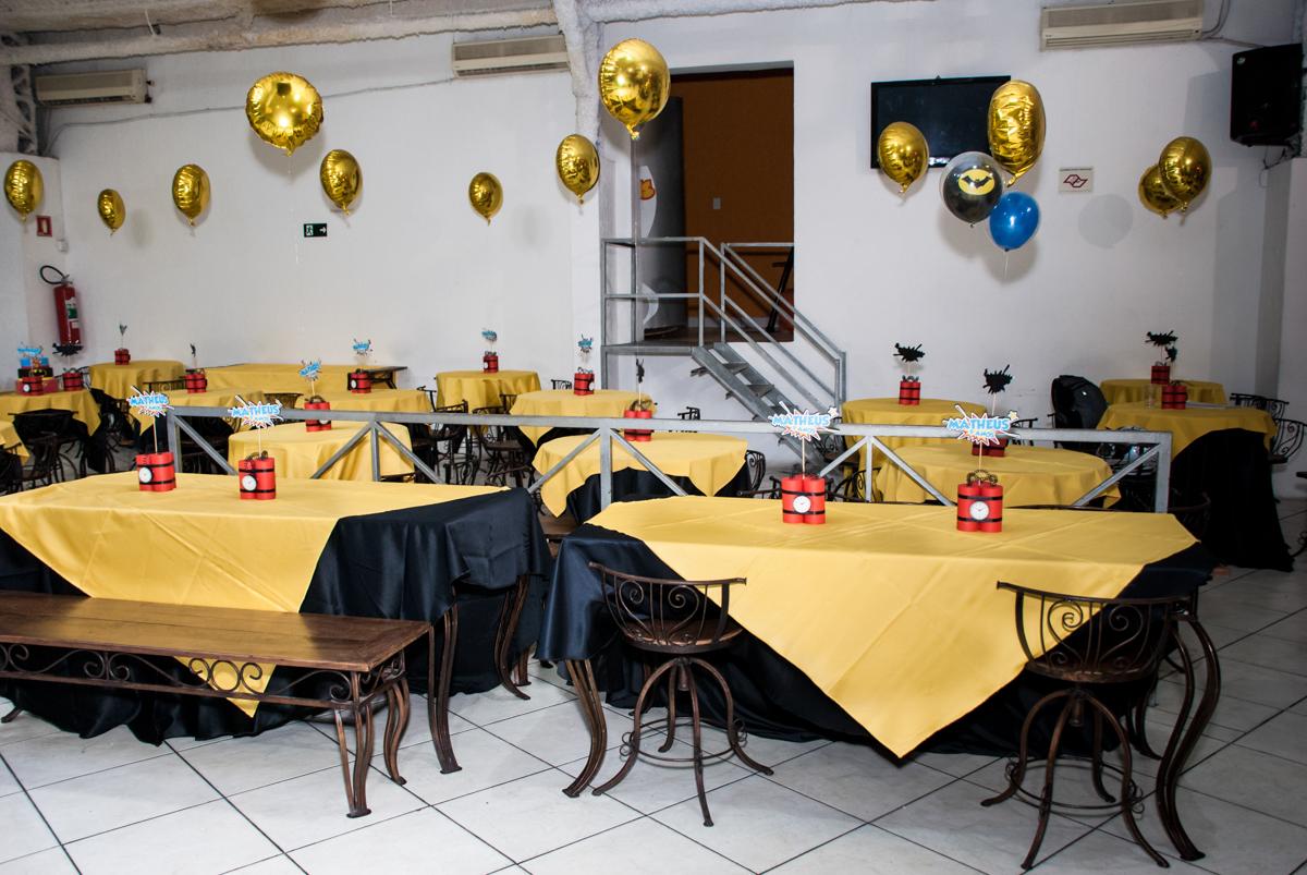 mesa decorada com balão no Buffet Fábrica da Alegria, Osasco, São Paulo, aniversário de Matheus 9 anos tema da festa Super Heróis