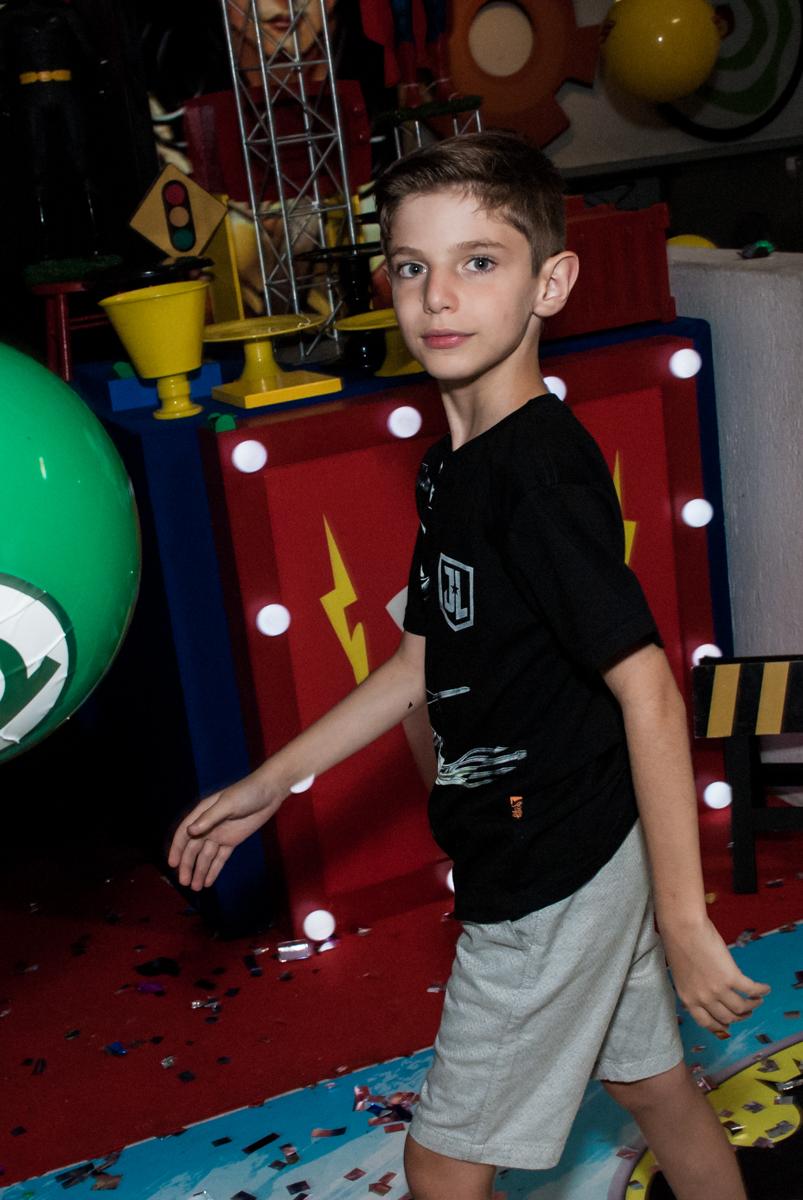 jogando bola no Buffet Fábrica da Alegria, Osasco, São Paulo, aniversário de Matheus 9 anos tema da festa Super Heróis