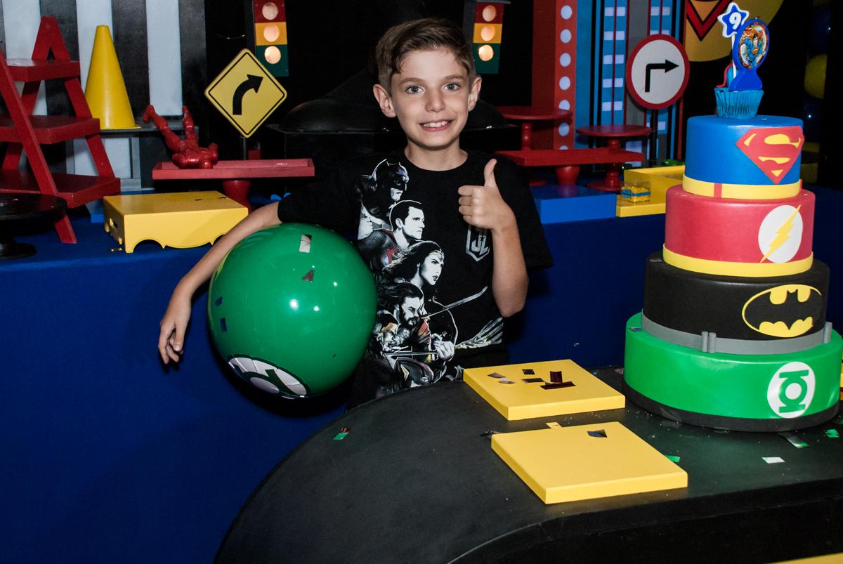 jogo de bola animado no Buffet Fábrica da Alegria, Osasco, São Paulo, aniversário de Matheus 9 anos tema da festa Super Heróis