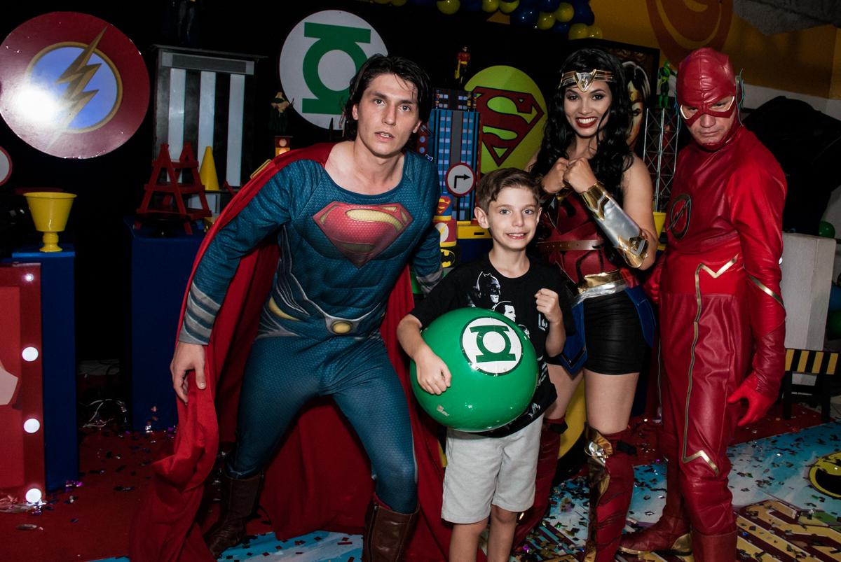 jogando bola com os super heróis no Buffet Fábrica da Alegria, Osasco, São Paulo, aniversário de Matheus 9 anos tema da festa Super Heróis