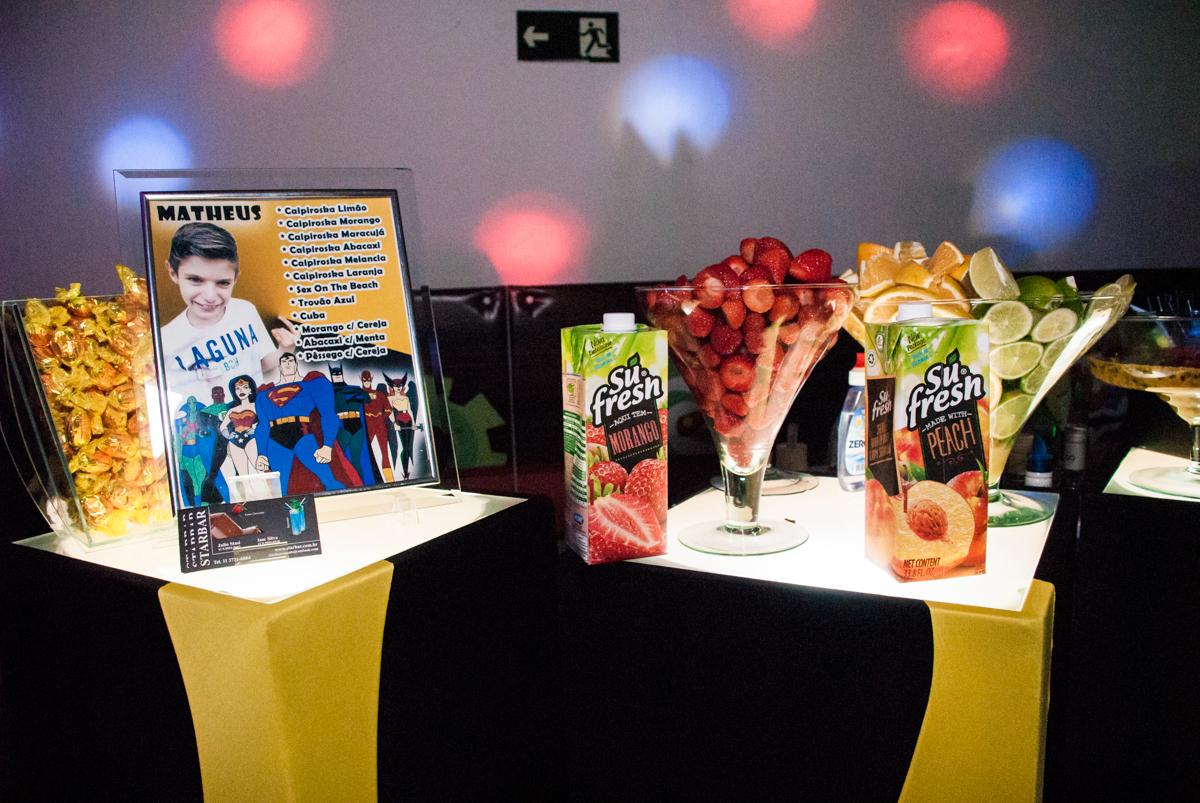 mesa de drinks no Buffet Fábrica da Alegria, Osasco, São Paulo, aniversário de Matheus 9 anos tema da festa Super Heróis