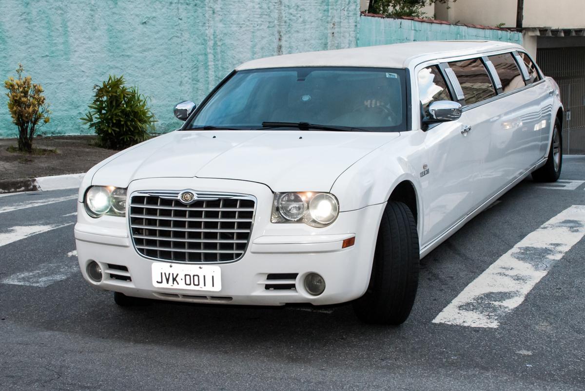 limousine trazendo o aniversariante no Buffet Fábrica da Alegria, Osasco, São Paulo, aniversário de Matheus 9 anos tema da festa Super Heróis