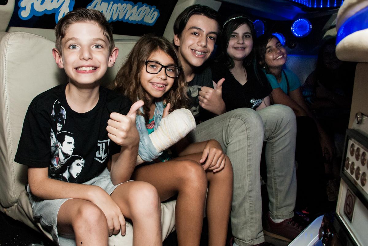 as crianças na limousine no Buffet Fábrica da Alegria, Osasco, São Paulo, aniversário de Matheus 9 anos tema da festa Super Heróis