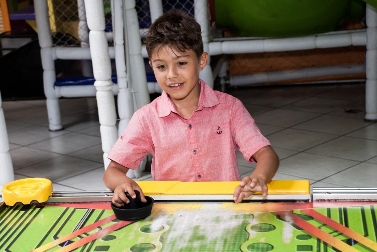 aniversariante também brinca no futebol de mesa no Buffet Fábrica da Alegria, Osasco, São Paulo, aniversario de Carlos Eduardo 7 e Davi Lucas 3 anos, tema da festa Os Vingadores