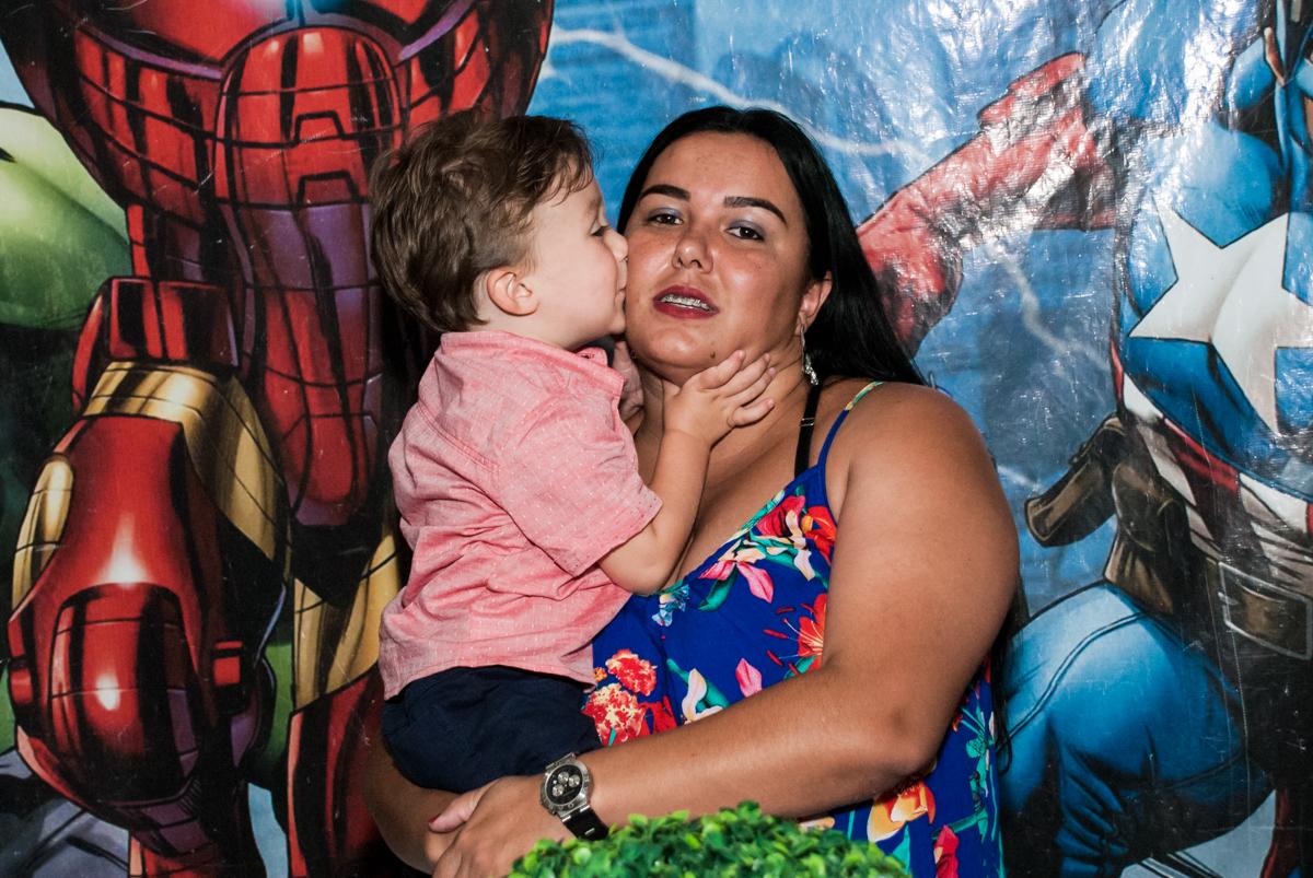 beijo gostoso na tia no Buffet Fábrica da Alegria, Osasco, São Paulo, aniversario de Carlos Eduardo 7 e Davi Lucas 3 anos, tema da festa Os Vingadores