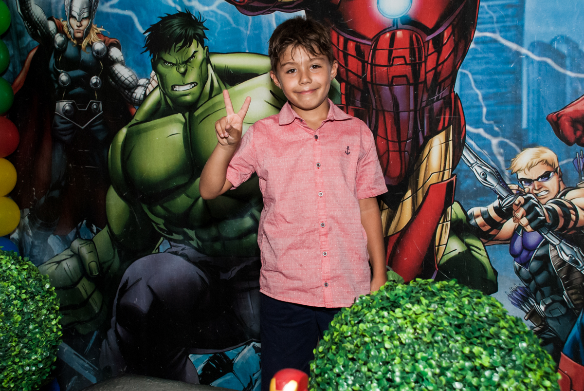 posando para a foto no Buffet Fábrica da Alegria, Osasco, São Paulo, aniversario de Carlos Eduardo 7 e Davi Lucas 3 anos, tema da festa Os Vingadores