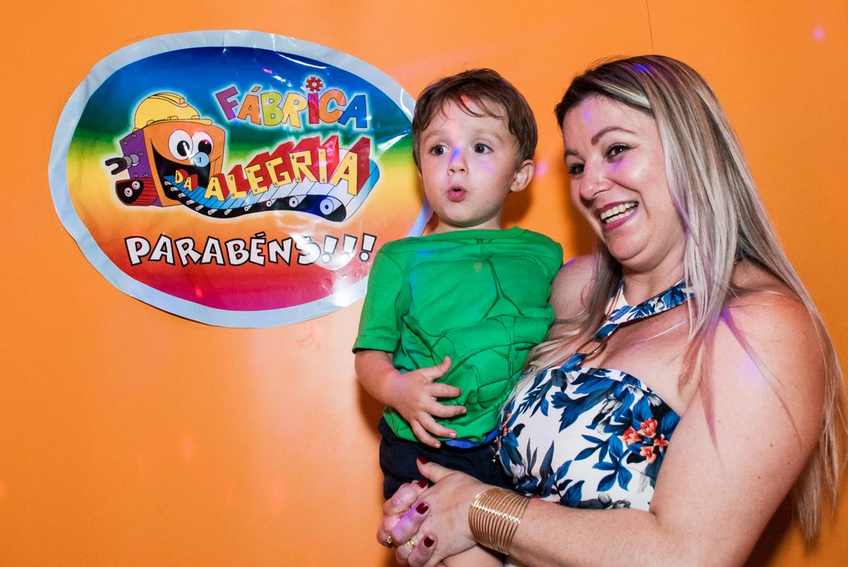 foto com a mamãe no Buffet Fábrica da Alegria, Osasco, São Paulo, aniversario de Carlos Eduardo 7 e Davi Lucas 3 anos, tema da festa Os Vingadores