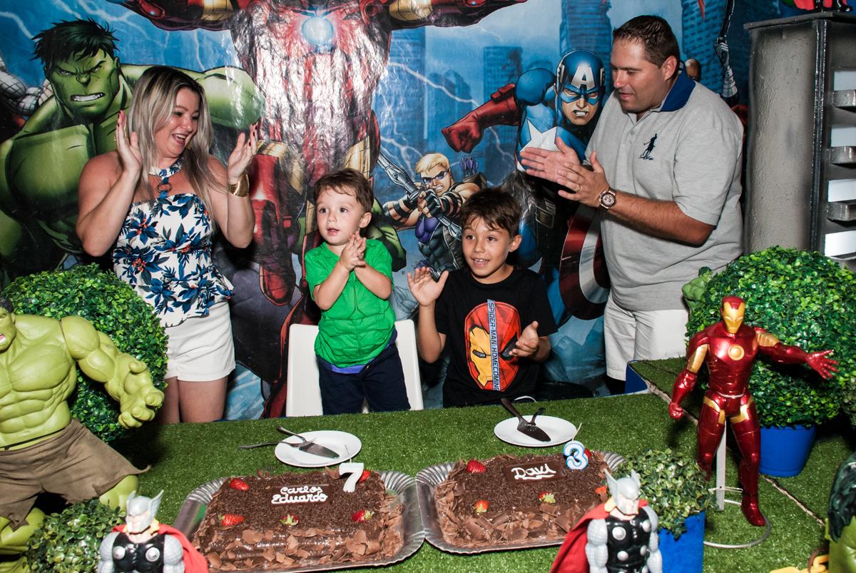hora do parabéns no Buffet Fábrica da Alegria, Osasco, São Paulo, aniversario de Carlos Eduardo 7 e Davi Lucas 3 anos, tema da festa Os Vingadores