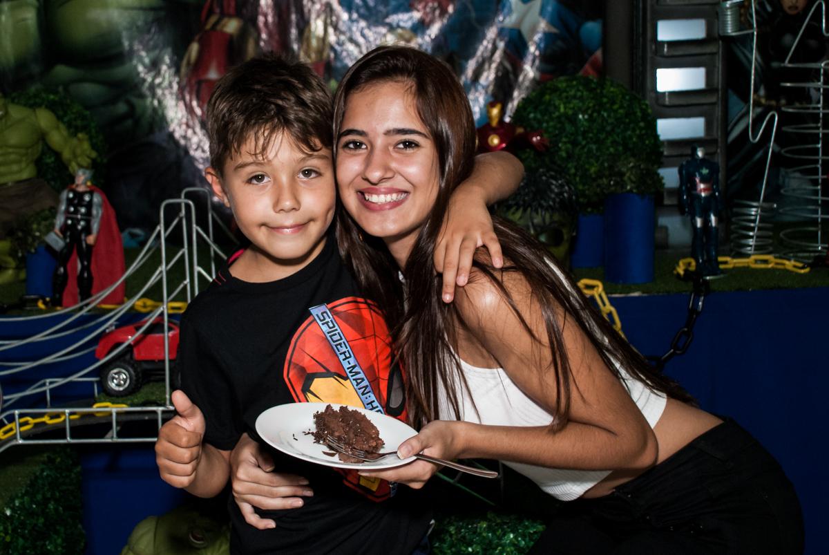 Abraço com a ganhadora do primeiro pedaço de bolo no Buffet Fábrica da Alegria, Osasco, São Paulo, aniversario de Carlos Eduardo 7 e Davi Lucas 3 anos, tema da festa Os Vingadores