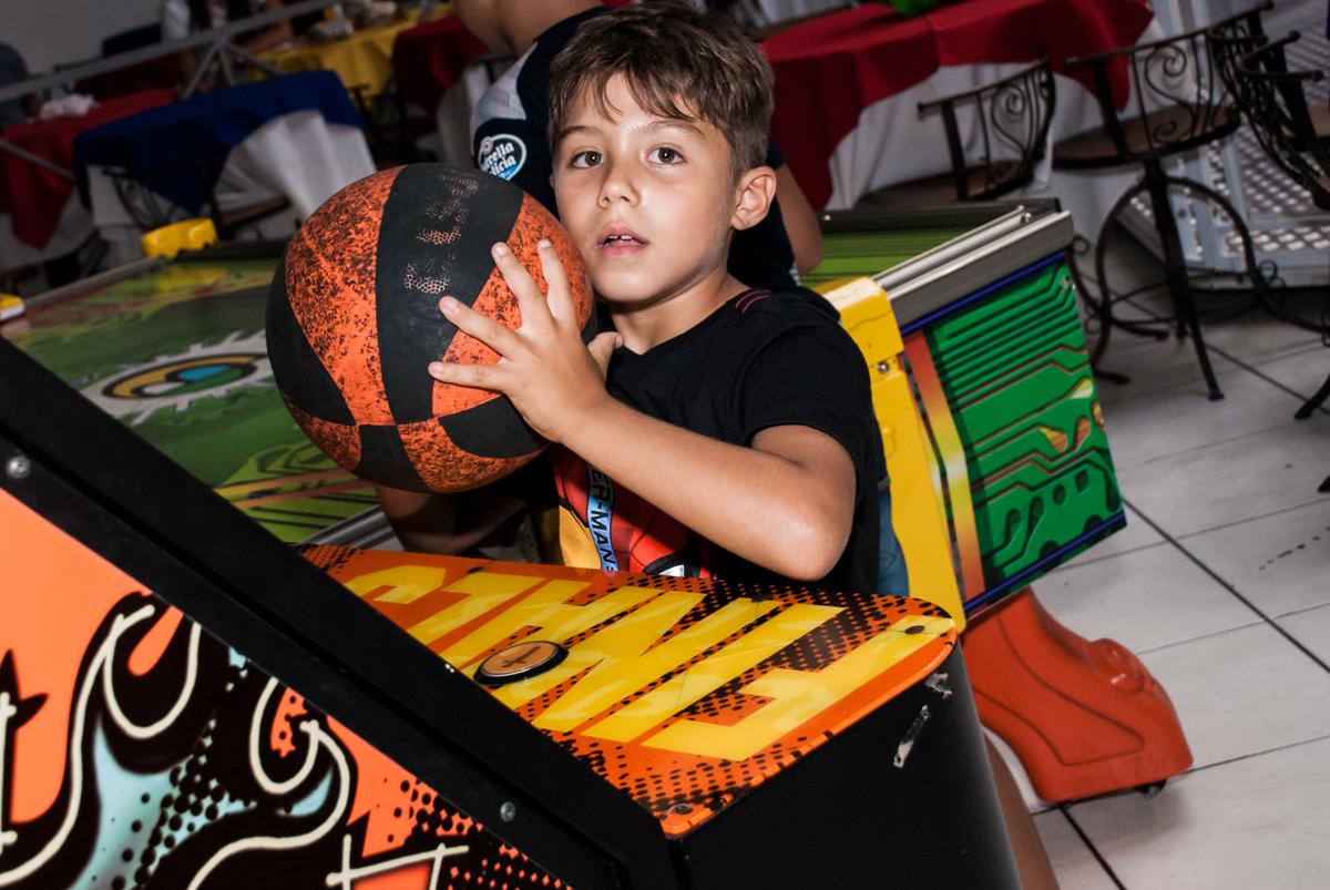 jogando basquete no Buffet Fábrica da Alegria, Osasco, São Paulo, aniversario de Carlos Eduardo 7 e Davi Lucas 3 anos, tema da festa Os Vingadores