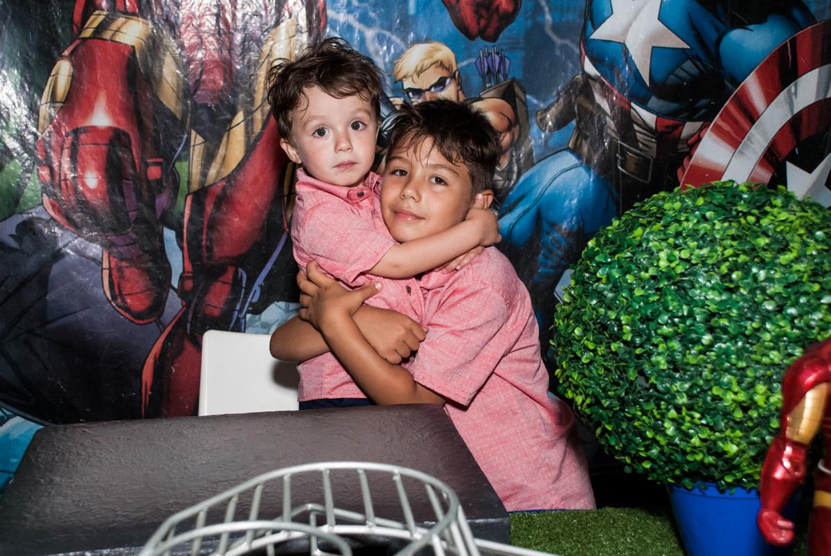 abraço dos irmãos no Buffet Fábrica da Alegria, Osasco, São Paulo, aniversario de Carlos Eduardo 7 e Davi Lucas 3 anos, tema da festa Os Vingadores