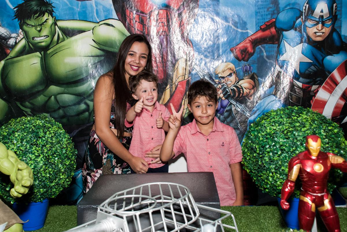 fotografia com a amiga no Buffet Fábrica da Alegria, Osasco, São Paulo, aniversario de Carlos Eduardo 7 e Davi Lucas 3 anos, tema da festa Os Vingadores
