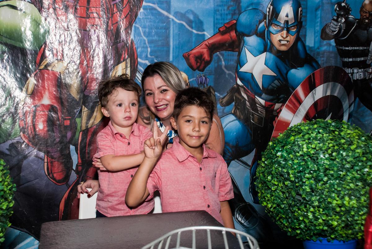 foto da mãe com os filhos no Buffet Fábrica da Alegria, Osasco, São Paulo, aniversario de Carlos Eduardo 7 e Davi Lucas 3 anos, tema da festa Os Vingadores