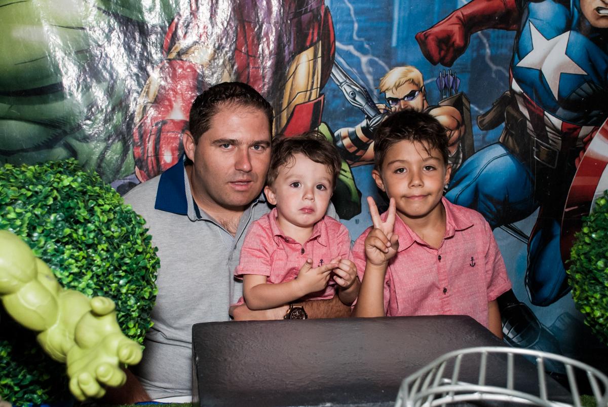 foto do pai com os filhos no Buffet Fábrica da Alegria, Osasco, São Paulo, aniversario de Carlos Eduardo 7 e Davi Lucas 3 anos, tema da festa Os Vingadores