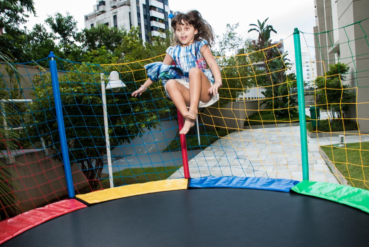 pulando bem alto na cama elástica no Condominio, Morumbi, São Paulo, tema da festa super wings