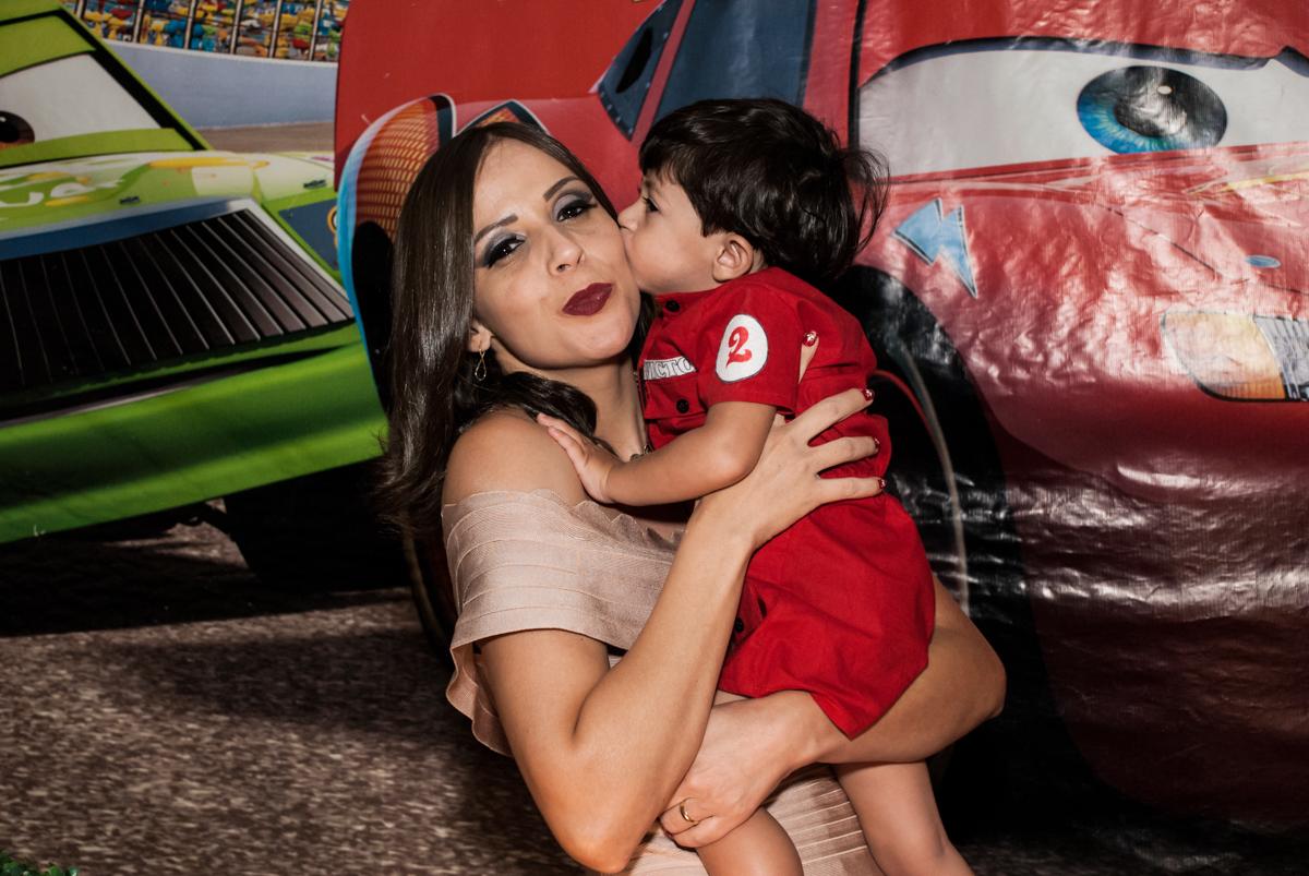 beijinho na mamãe no Buffet Fábrica da Alegria, Osasco, São Paulo, aniversário de Victor 2 anos, tema da festa carros