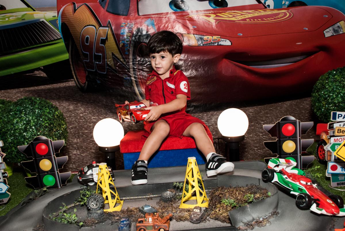 foto do aniversariante na mesa temática no Buffet Fábrica da Alegria, Osasco, São Paulo, aniversário de Victor 2 anos, tema da festa carros