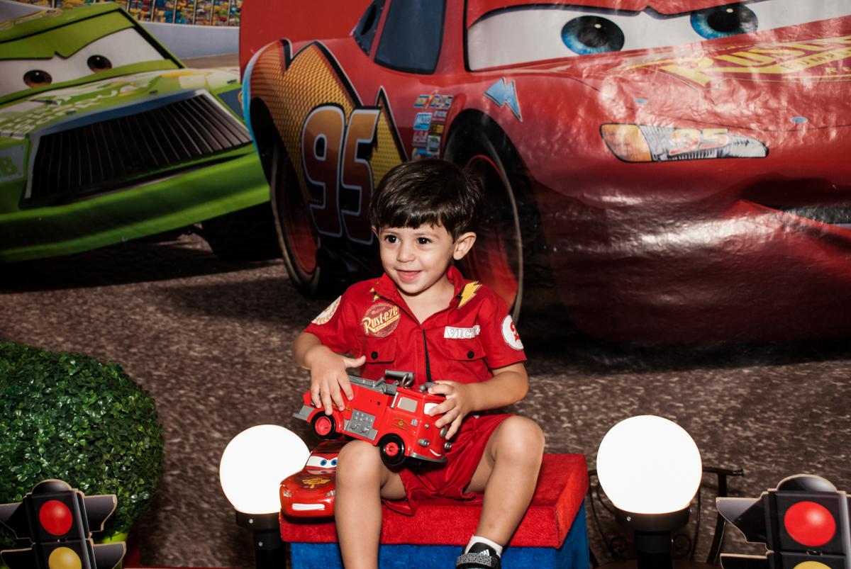 brincando com os carrinhos no Buffet Fábrica da Alegria, Osasco, São Paulo, aniversário de Victor 2 anos, tema da festa carros
