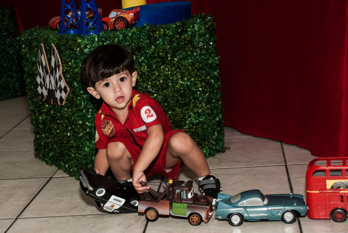 Brincadeiras com os personagens da mesa no Buffet Fábrica da Alegria, Osasco, São Paulo, aniversário de Victor 2 anos, tema da festa carros
