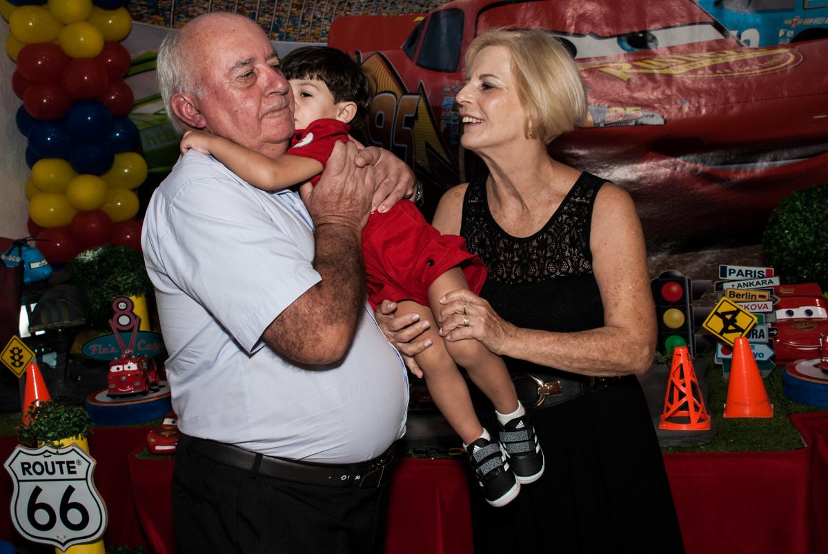 carinho dos avós no Buffet Fábrica da Alegria, Osasco, São Paulo, aniversário de Victor 2 anos, tema da festa carros