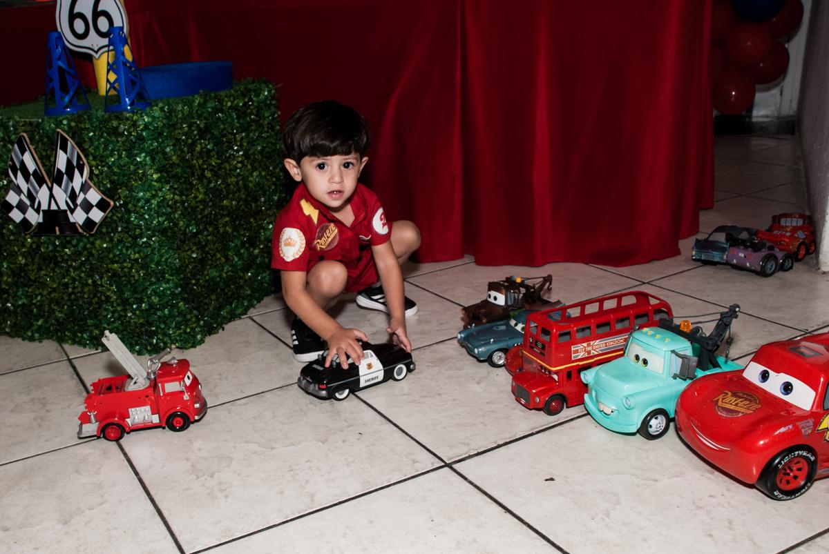 aproveitando os personagens da mesa para brincar no Buffet Fábrica da Alegria, Osasco, São Paulo, aniversário de Victor 2 anos, tema da festa carros