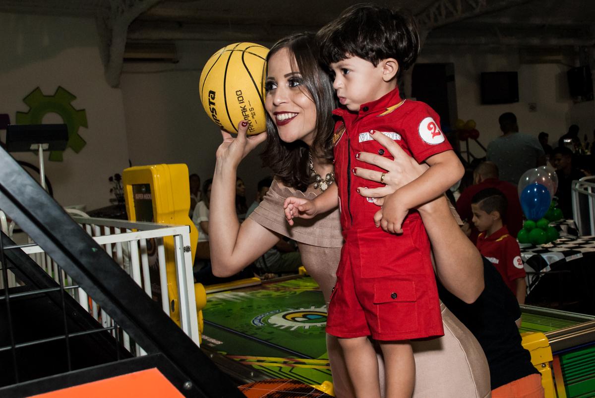 basquete divertido com a mamãe no Buffet Fábrica da Alegria, Osasco, São Paulo, aniversário de Victor 2 anos, tema da festa carros