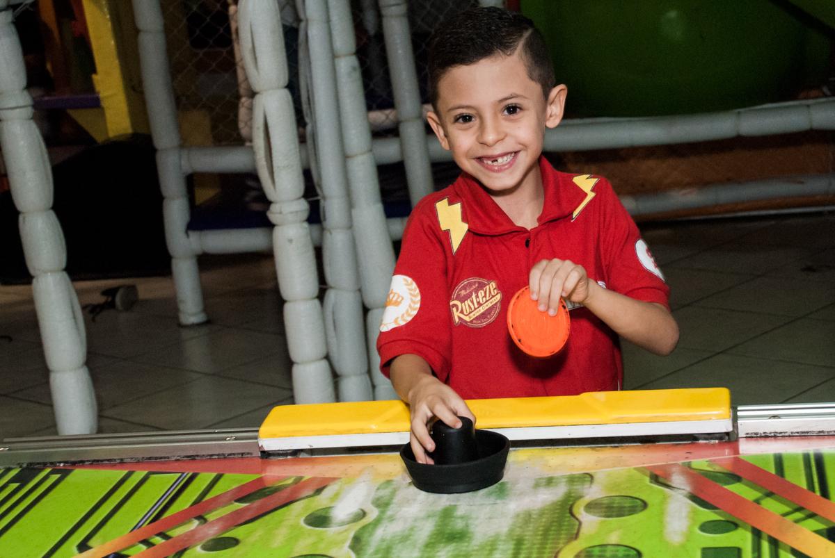 hora de jogar futebol de mesa no Buffet Fábrica da Alegria, Osasco, São Paulo, aniversário de Victor 2 anos, tema da festa carros