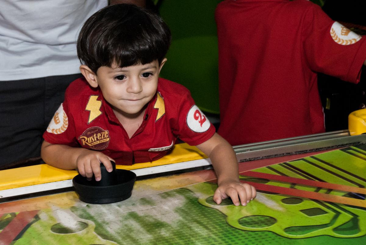 O aniversariante é o adversário no futebol no Buffet Fábrica da Alegria, Osasco, São Paulo, aniversário de Victor 2 anos, tema da festa carros