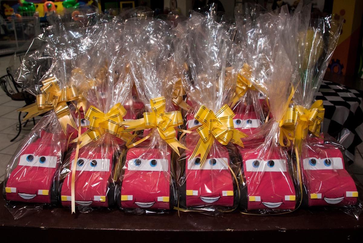 lembrancinha da festa para as crianças no Buffet Fábrica da Alegria, Osasco, São Paulo, aniversário de Victor 2 anos, tema da festa carros