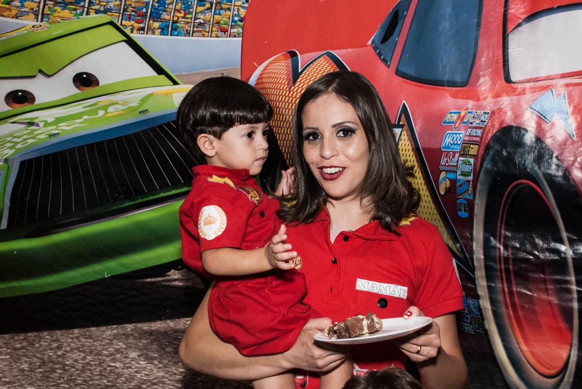 O primeiro pedaço de bolo é da mamãe no Buffet Fábrica da Alegria, Osasco, São Paulo, aniversário de Victor 2 anos, tema da festa carros