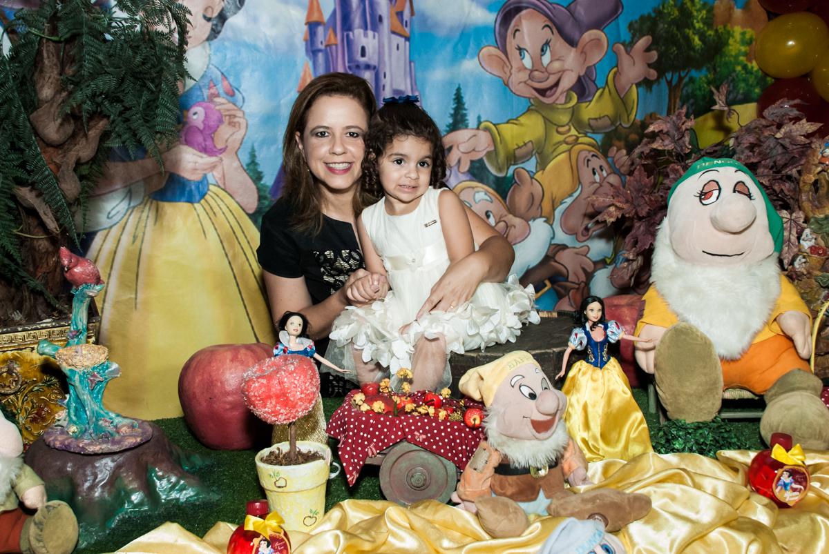 foto mãe e filha no Buffet Planeta Kids, niversario Larissa 3 anos, tema da festa Branca de Neve