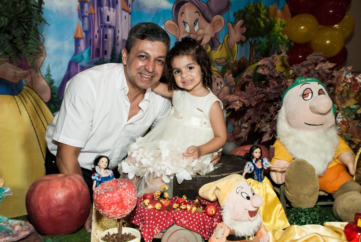 foto com o papai no Buffet Planeta Kids, niversario Larissa 3 anos, tema da festa Branca de Neve