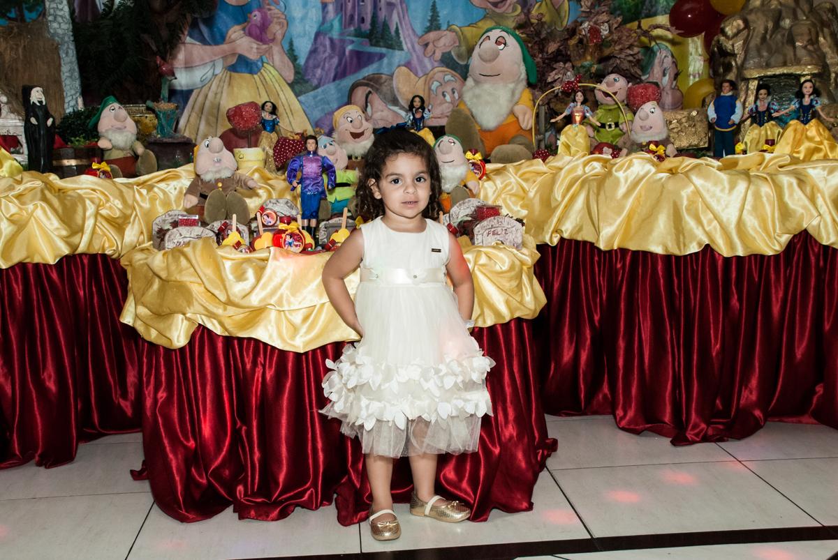 posando para a foto no Buffet Planeta Kids, niversario Larissa 3 anos, tema da festa Branca de Neve