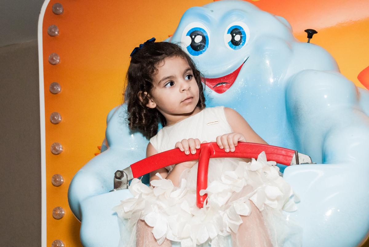 brincando no carrossel no Buffet Planeta Kids, niversario Larissa 3 anos, tema da festa Branca de Neve