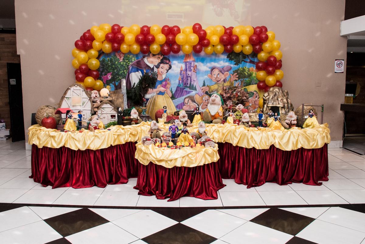 Mesa temática no Buffet Planeta Kids, niversario Larissa 3 anos, tema da festa Branca de Neve