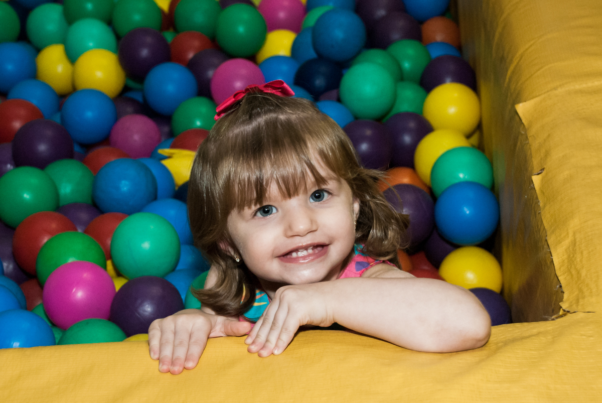 brincando na piscina de bolinhas no Buffet Planeta Kids, niversario Larissa 3 anos, tema da festa Branca de Neve