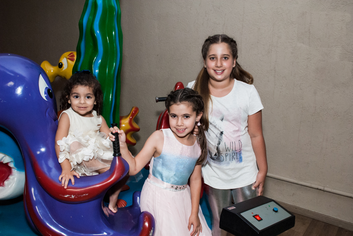as primas posam para a foto no Buffet Planeta Kids, niversario Larissa 3 anos, tema da festa Branca de Neve
