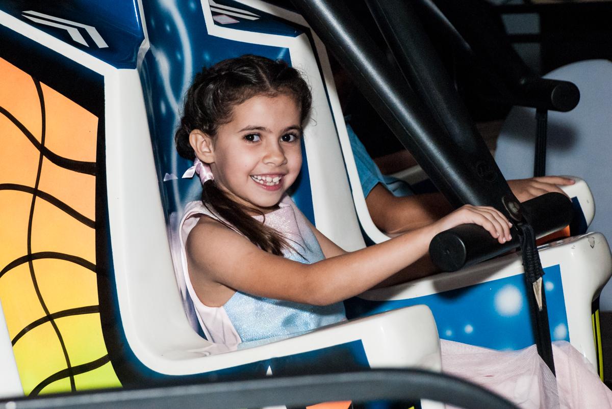 alegria no elevador no Buffet Planeta Kids, niversario Larissa 3 anos, tema da festa Branca de Neve
